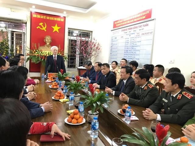 Tổng Bí thư, Chủ tịch nước tản bộ trên đường Thanh Niên, lì xì công nhân - 11