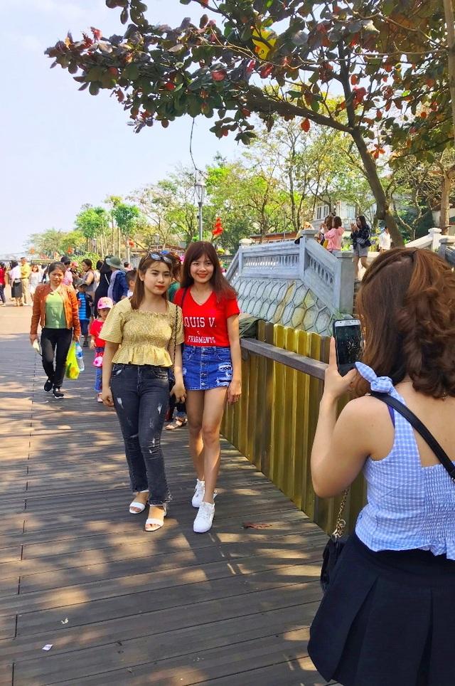 Cầu gỗ lim Huế nhộn nhịp đón người dân du Xuân những ngày đầu năm - 2