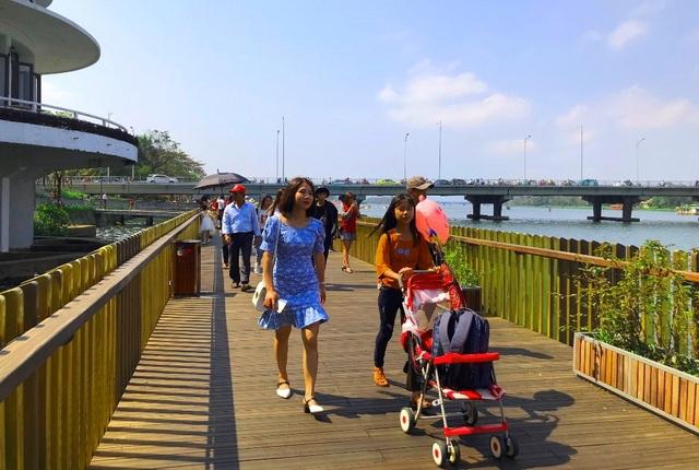 Cầu gỗ lim Huế nhộn nhịp đón người dân du Xuân những ngày đầu năm - 6