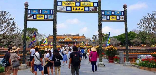Chu tich tinh Thua Thien Hue don khach ngay dau nam tai cua Ngo Mon 12.jpg