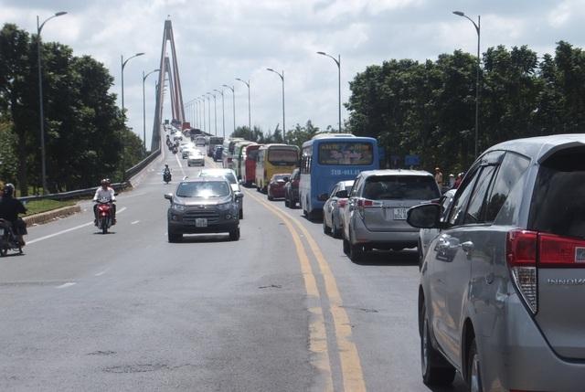 Kẹt xe kéo dài, phương tiện chờ cả tiếng để qua cầu Rạch Miễu - 4