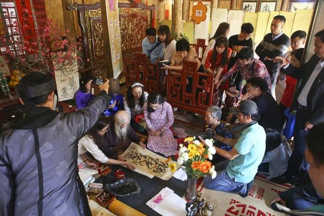 Hàng nghìn người dân đến Văn Miếu xin chữ đầu năm - 10