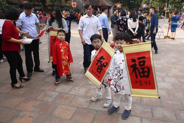 Hàng nghìn người dân đến Văn Miếu xin chữ đầu năm - 15