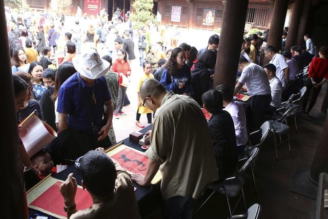 Hàng nghìn người dân đến Văn Miếu xin chữ đầu năm - 2