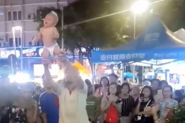 Khách Tây tung hứng trẻ sơ sinh trong màn biểu diễn để xin tiền  - 2