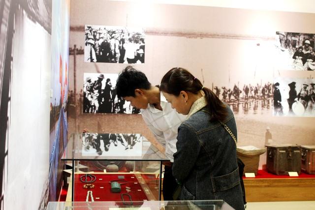 Du khách tham quan Tượng đài Mẹ Việt Nam Anh hùng dịp Tết