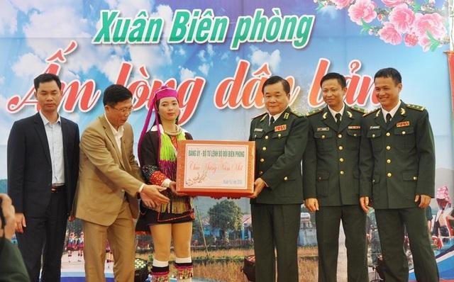 Tư lệnh Bộ đội Biên phòng dâng hương tưởng nhớ các anh hùng liệt sĩ Pò Hèn - Ảnh minh hoạ 4