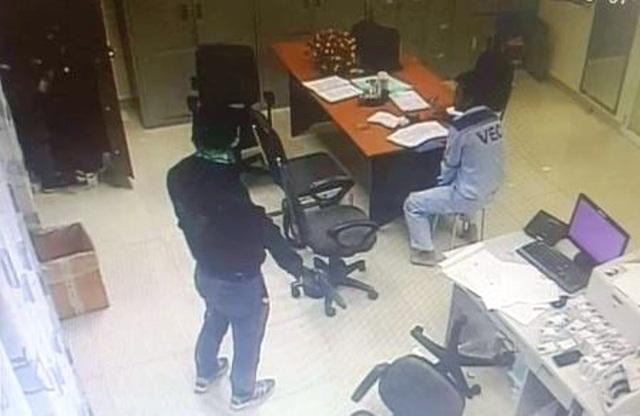 Bắt 2 đối tượng dùng súng cướp tiền ở Trạm thu phí cao tốc - 2
