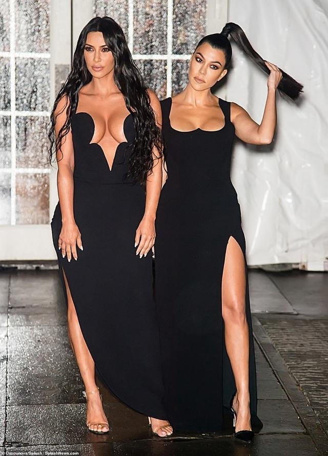 Kinh ngạc với váy hở bạo của chị em Kardashian - 4