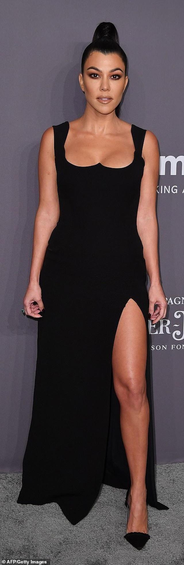 Kinh ngạc với váy hở bạo của chị em Kardashian - 7