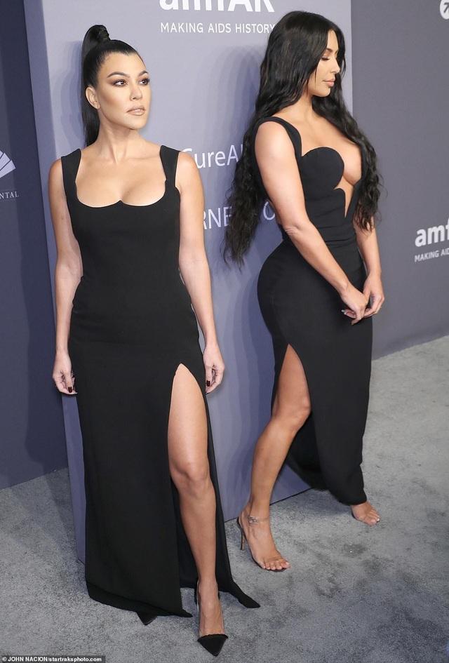 Kinh ngạc với váy hở bạo của chị em Kardashian - 6