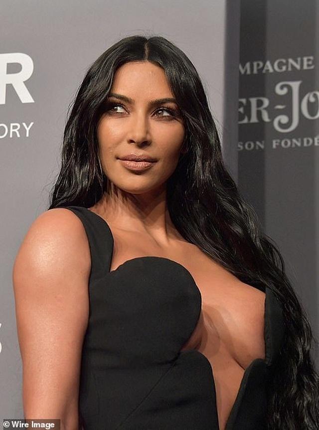Kinh ngạc với váy hở bạo của chị em Kardashian - 12