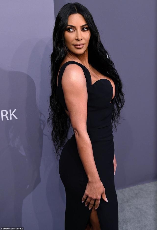 Kinh ngạc với váy hở bạo của chị em Kardashian - 8
