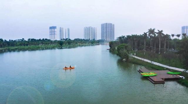Người Hà Nội đổ xô đến Ecopark ngắm thiên nga, chèo thuyền Kayak  - 3
