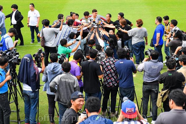 Thủ thành Văn Lâm tạo cơn sốt với giới truyền thông Thái Lan