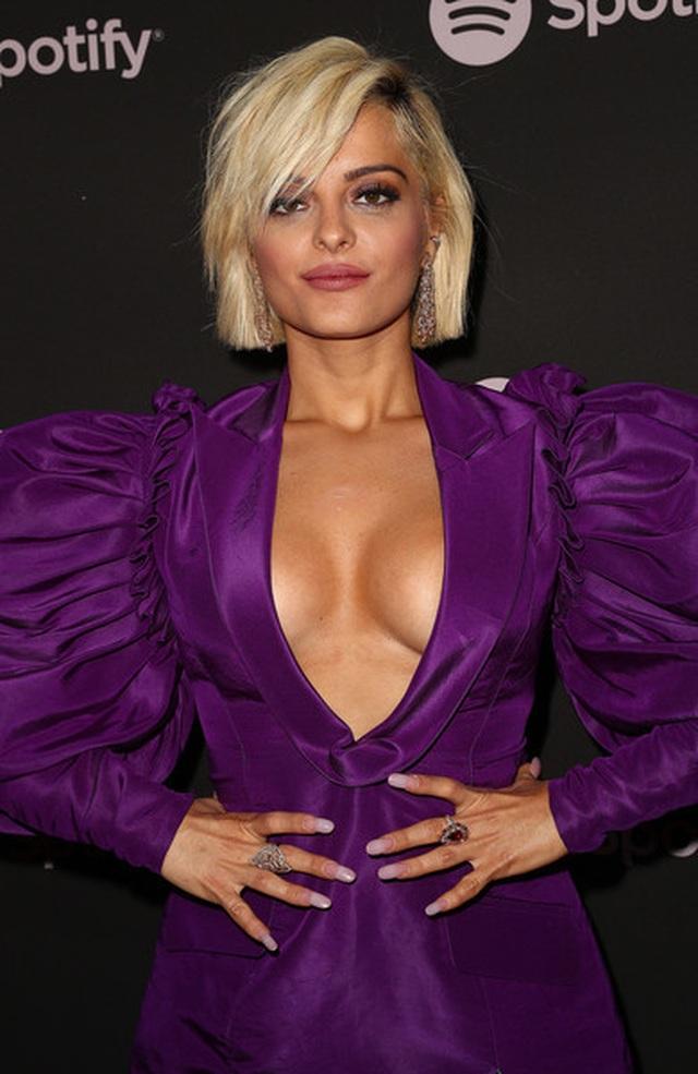 Bebe Rexha khoe ngực với váy xẻ sâu - 2