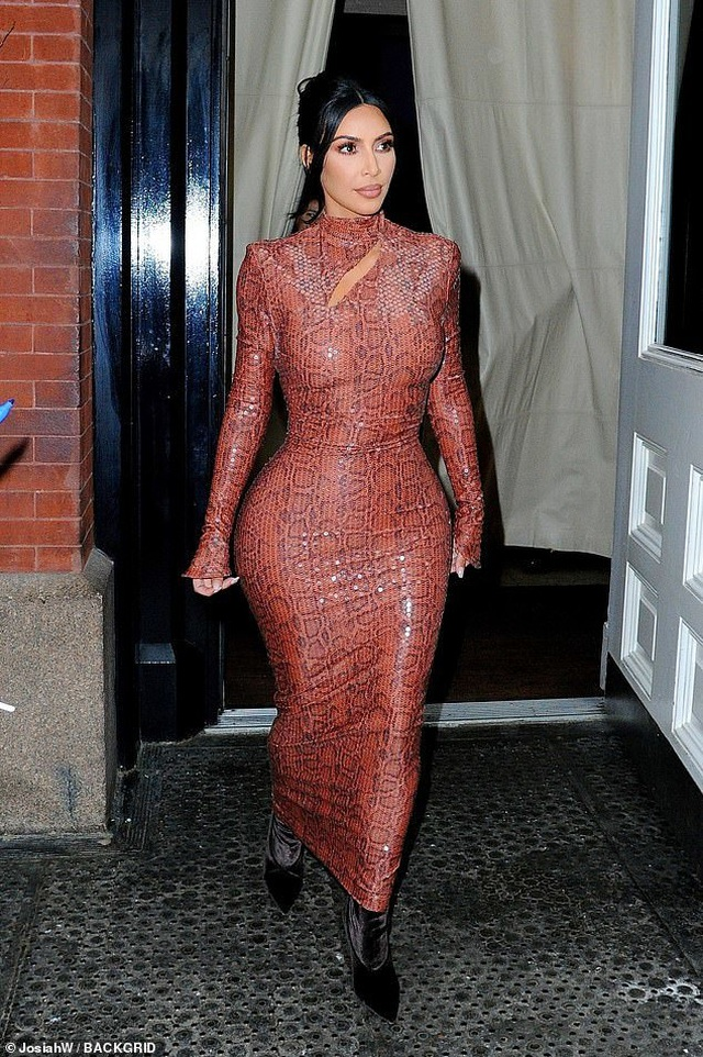 Kim Kardashian lại khoe vòng ba với váy bó sát - 1