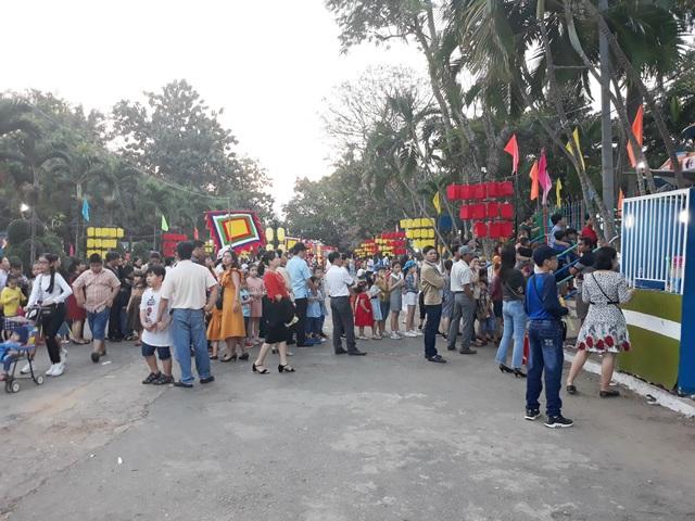 Người dân đổ về công viên chơi Tết - 3