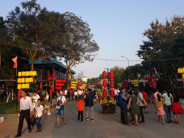Người dân đổ về công viên chơi Tết - 1