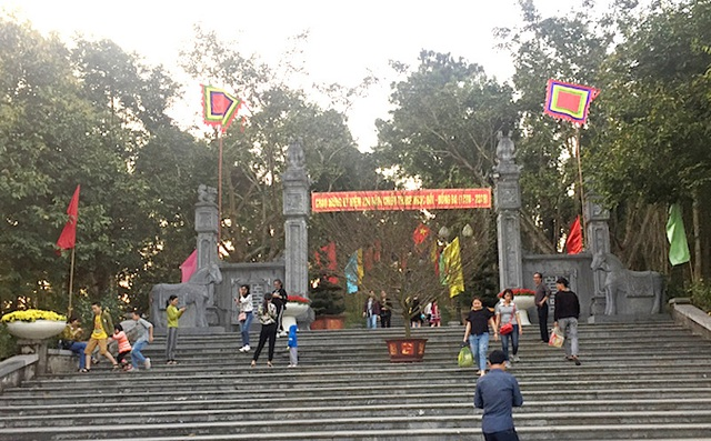 Hàng ngàn lượt du khách tới Đền thờ Hoàng đế Quang Trung ngày đầu xuân - 3