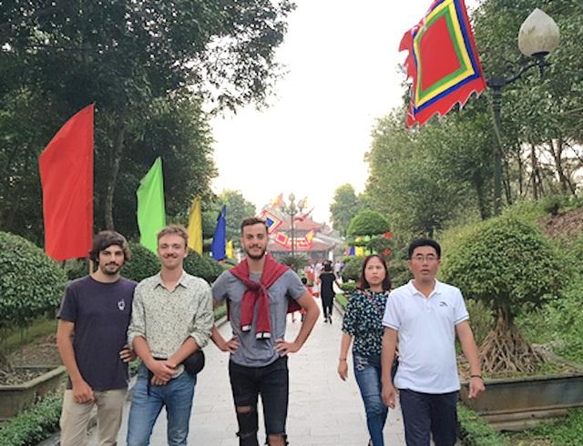 Hàng ngàn lượt du khách tới Đền thờ Hoàng đế Quang Trung ngày đầu xuân - 2