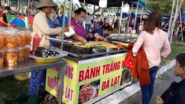 """Đà Nẵng: """"Hốt bạc"""" nhờ bán đồ ăn vặt ngày Tết - 5"""