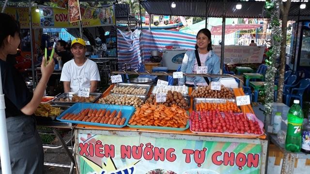 """Đà Nẵng: """"Hốt bạc"""" nhờ bán đồ ăn vặt ngày Tết - 3"""