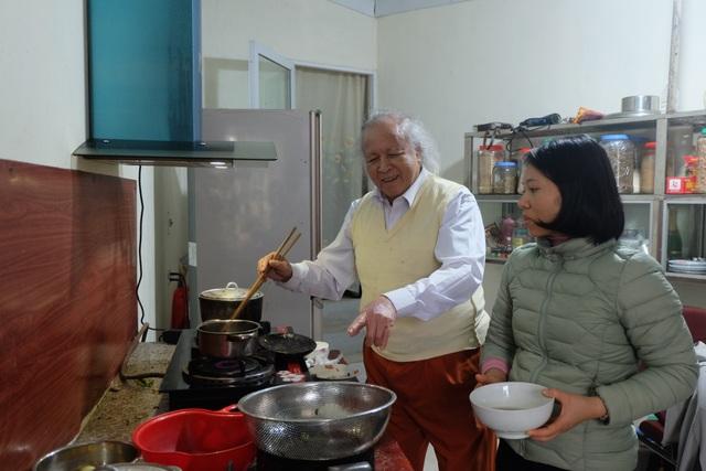 Bí quyết giữ gìn hôn nhân hạnh phúc của cặp đôi chồng 91 vợ 38 tuổi ở Hà Nội - 4