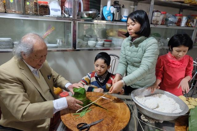 Bí quyết giữ gìn hôn nhân hạnh phúc của cặp đôi chồng 91 vợ 38 tuổi ở Hà Nội - 5