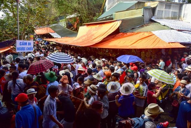 Biển người đổ về chùa Hương trước ngày khai hội - 4
