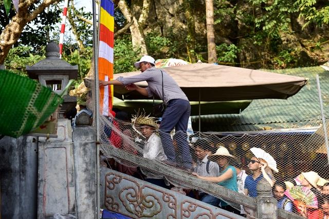 Biển người đổ về chùa Hương trước ngày khai hội - 7