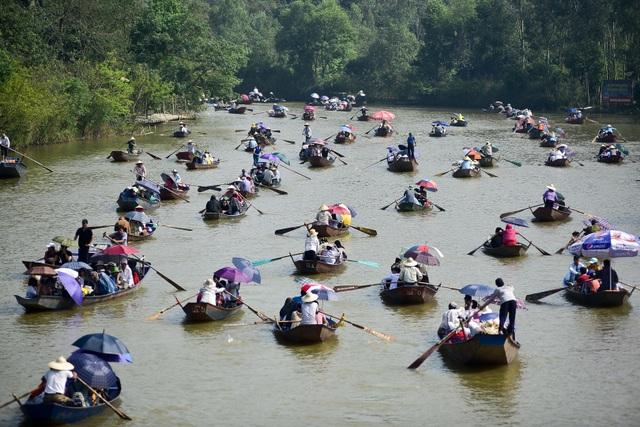 Biển người đổ về chùa Hương trước ngày khai hội - 1