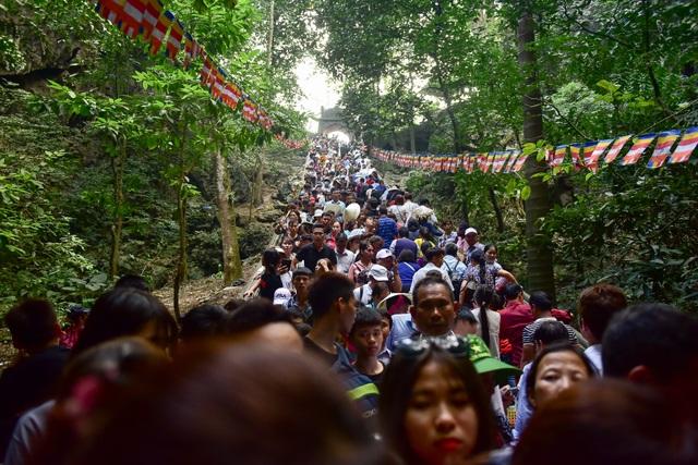 Biển người đổ về chùa Hương trước ngày khai hội - 10