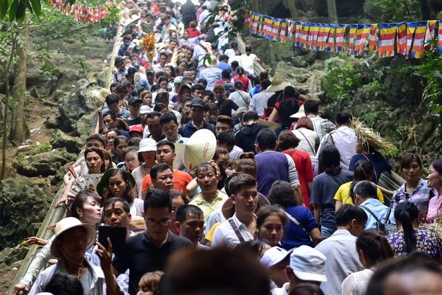 50.000 du khách đổ về chùa Hương ngày khai hội - 13
