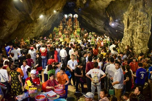 Biển người đổ về chùa Hương trước ngày khai hội - 13