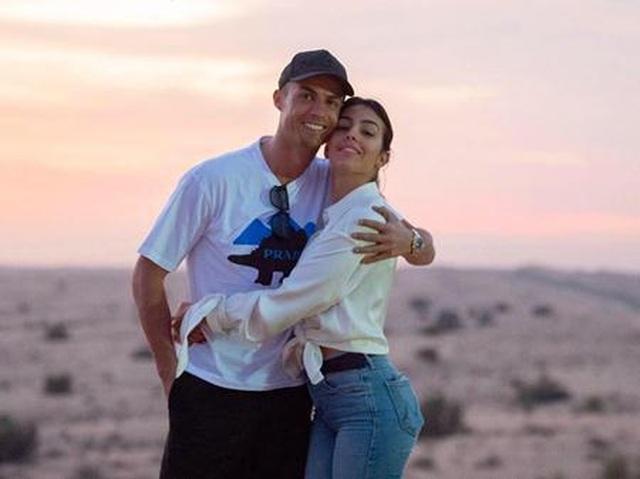 """Loạt bằng chứng cho thấy C.Ronaldo đang mê bạn gái như """"điếu đổ"""" - 3"""