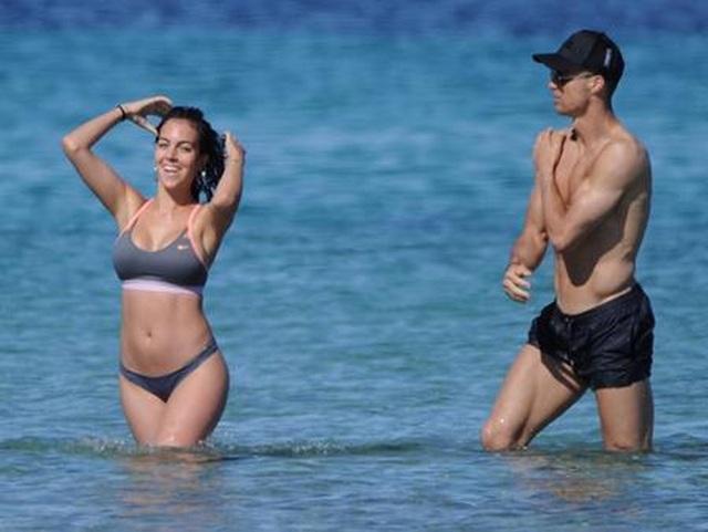 """Loạt bằng chứng cho thấy C.Ronaldo đang mê bạn gái như """"điếu đổ"""" - 6"""