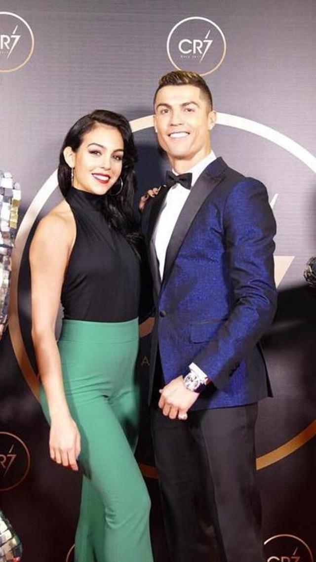 """Loạt bằng chứng cho thấy C.Ronaldo đang mê bạn gái như """"điếu đổ"""" - 7"""