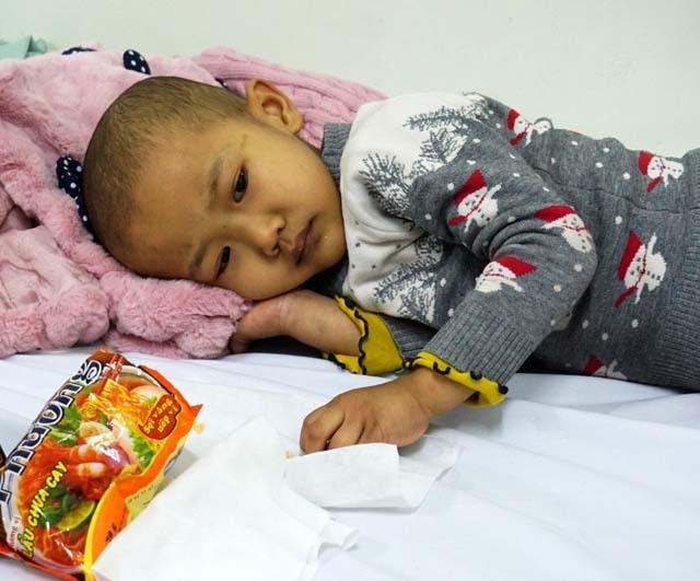 Tiếng khóc xé lòng của bé 5 tuổi liên tục 3 năm chống chọi với bệnh ung thư - 1