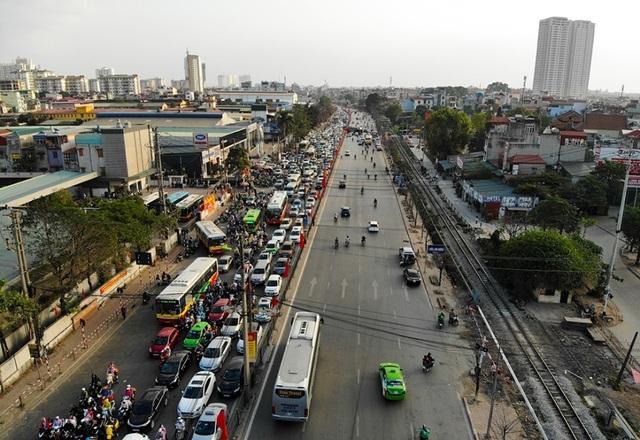 Đoàn xe ùn tắc hàng km ở cửa ngõ Hà Nội - 1