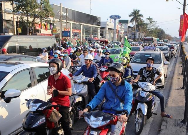 Đoàn xe ùn tắc hàng km ở cửa ngõ Hà Nội - 4