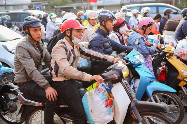 Đoàn xe ùn tắc hàng km ở cửa ngõ Hà Nội - 5