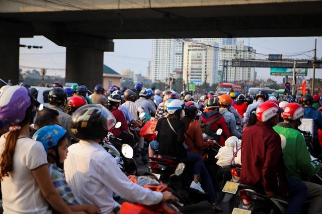 Đoàn xe ùn tắc hàng km ở cửa ngõ Hà Nội - 7