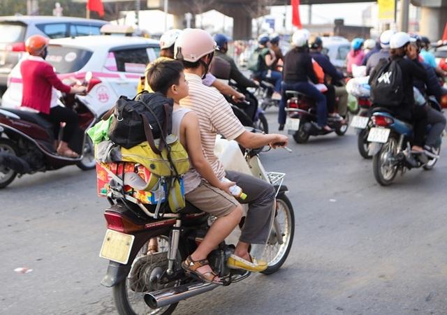 Đoàn xe ùn tắc hàng km ở cửa ngõ Hà Nội - 8