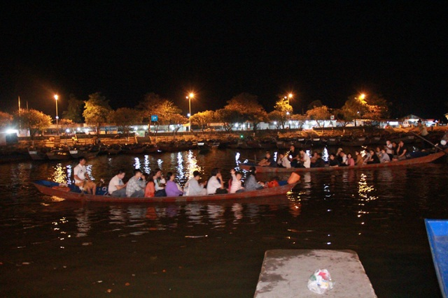 Du khách chen chúc đò đêm vào Chùa Hương chờ khai hội  - 1