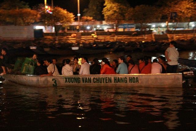 Du khách chen chúc đò đêm vào Chùa Hương chờ khai hội  - 7