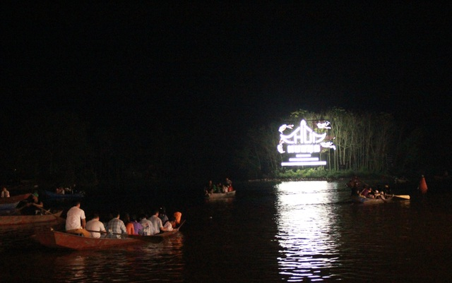 Du khách chen chúc đò đêm vào Chùa Hương chờ khai hội  - 9