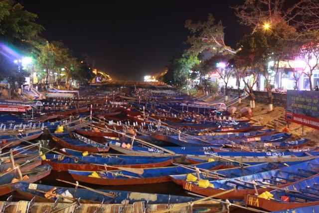 Du khách chen chúc đò đêm vào Chùa Hương chờ khai hội  - 2