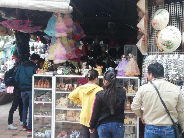 Đến tham quan nhà Công tử Bạc Liêu, du khách có thể chụp ảnh hoặc mua đồ lưu niệm.