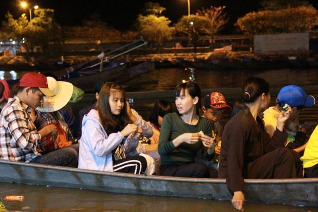 Du khách chen chúc đò đêm vào Chùa Hương chờ khai hội  - 8